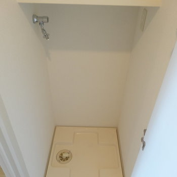 洗濯機は玄関近くに※写真は8階の同間取り別部屋のものです