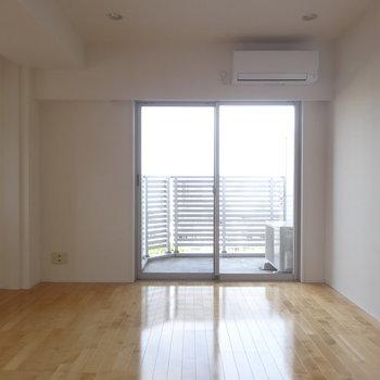【LDK】キッチン側からはこう※写真は8階の同間取り別部屋のものです