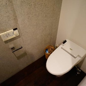 トイレはタンクレスでウォシュレットつき!