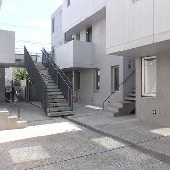 共用の中庭部分。階段を登って各お部屋にアクセス※写真は前回募集時のものです