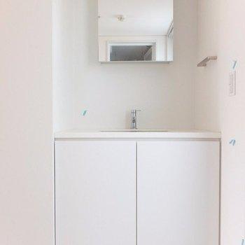 洗面台横からはもう一つのバルコニーに出ることができます※写真は前回募集時のものです