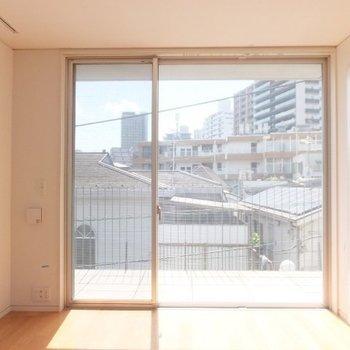 右側のお部屋は寝室に良さそう!日当たりgoodです!※写真は前回募集時のものです