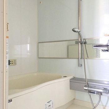 お風呂も鏡が大きくて使い勝手が良さそうです。※写真は通電前のものです