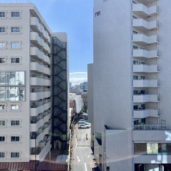 眺望はお向かいのマンションです。