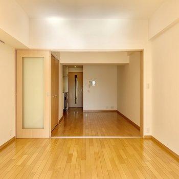 【洋室】左手の壁にはピクチャーレールも付いていますよ。