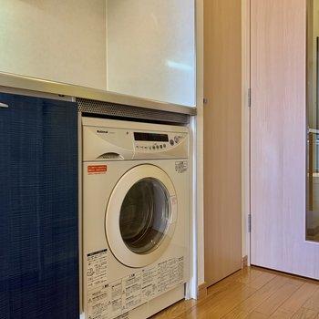 洗濯機もキッチン下に備え付き。