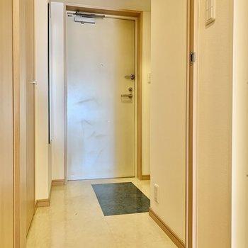 玄関。サイドに姿見も付いています。