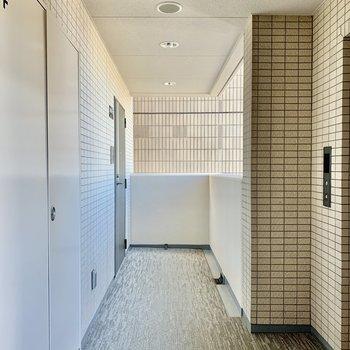 お部屋はエレベーターのすぐ横です。