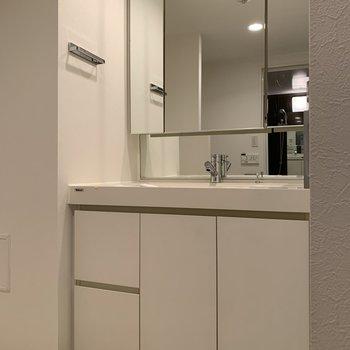 【下階】しっかりとした独立洗面台