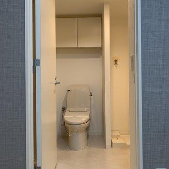【下階】脱衣所を開けると温水洗浄便座つきのトイレ