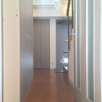 玄関ホールへ進んでみましょう〜。左手には・・※写真はクリーニング前です
