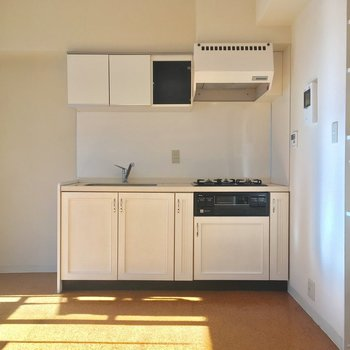 キッチンの白い収納扉が可愛らしい〜※写真はクリーニング前です