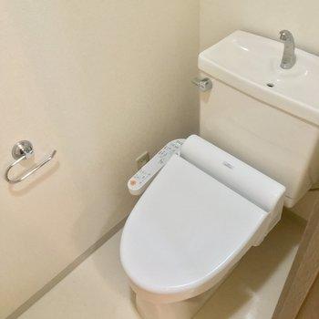 ウォシュレット付きのきれいなトイレ!※写真はクリーニング前です