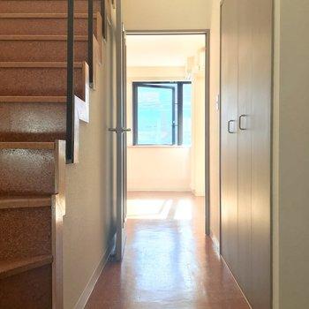 さいごに玄関ホールからLDK方面へ。※写真はクリーニング前です