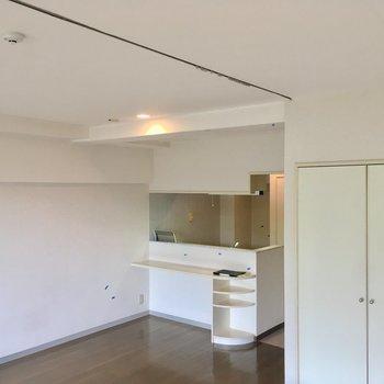 天井にはカーテンレールがついているので、ゆる〜く空間を区切ることができるんです!※クリーニング前の写真です