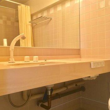 大きな鏡の洗面台※クリーニング前の写真です