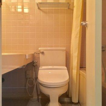 サニタリーは3点同室。トイレはウォシュレット付き!※クリーニング前の写真です