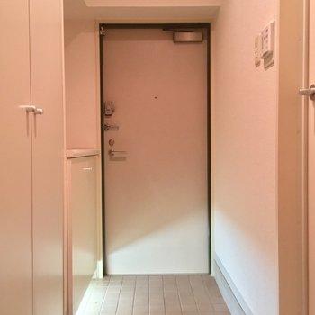 そしてこちらが玄関、右手にサニタリー。左手には・・・※クリーニング前の写真です