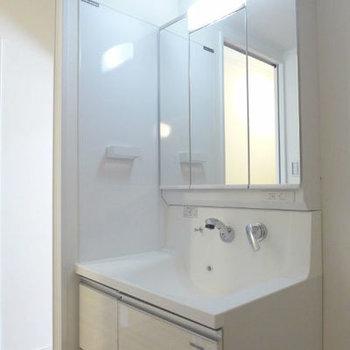 三面鏡の洗面台がお洒落♪