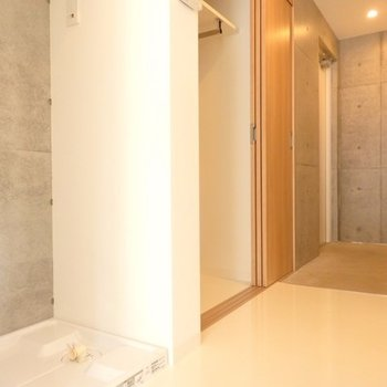 洗濯機置き場、収納スペースもあります!