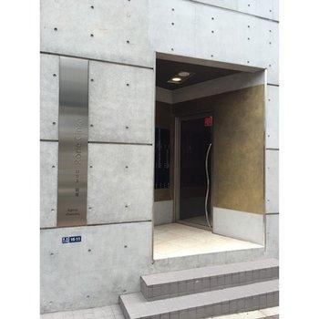 建物入口はコンパクトに