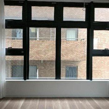 眺めはイマイチですが素敵な窓