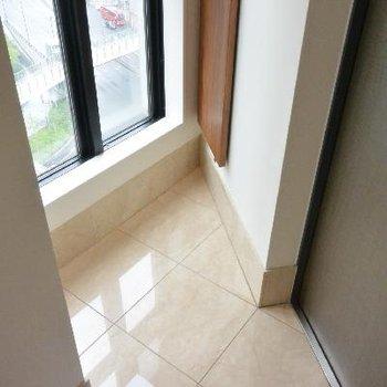 玄関も三角形!※画像は1401号室ものです