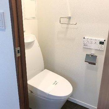 玄関すぐトイレ、スタイリッシュ※画像は1401号室ものです