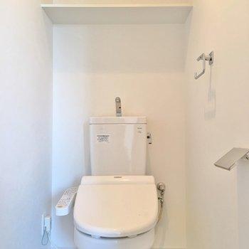 トイレはふつう。棚があるのはうれしいですね。