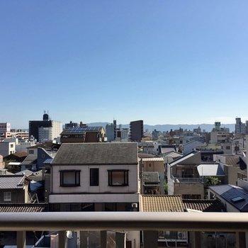 周りの建物よりも高いので、空が広く見えます。