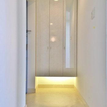 玄関はこんな感じ。ライトがおしゃれです◎