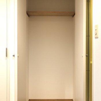 こちら、トイレ横にも収納が!!