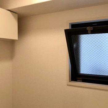 上部に小窓と収納もあります!