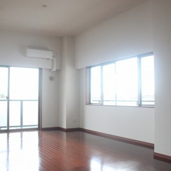 リビング側面にも幅の広い窓を配置