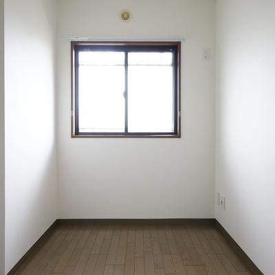 4.5帖の洋室にもしっかり窓が♪