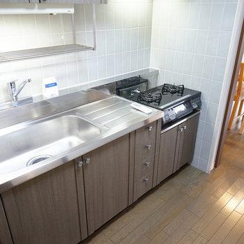 キッチンはゆったり2口ガスで使い勝手◎