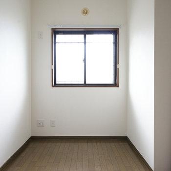 となりは4.5帖の洋室。しっかり窓も◎