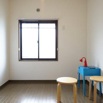 廊下を挟んで5.5帖の洋室。