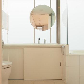 丸い鏡の洗面台