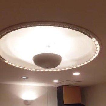 この照明がホテルのラウンジみたいですね!