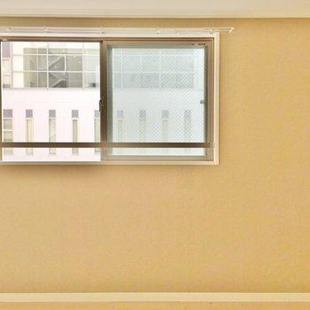 廊下を進むとアクセントクロスが映えるお部屋。