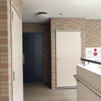 共用部はこちら。お部屋まではエレベーターで。