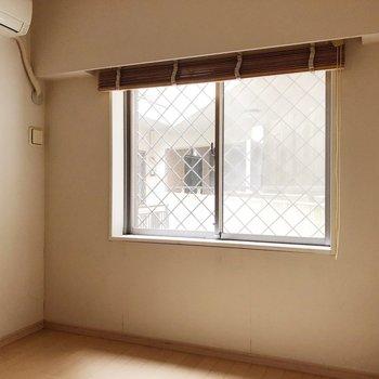 【洋室約5.9帖】ちゃんと全部屋に窓がありますね。