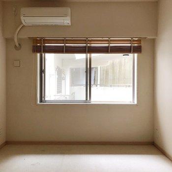 【洋室約7.0帖】こちらは床がカーペットのお部屋。