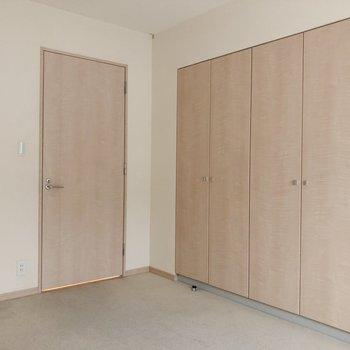 【洋室約7.0帖】向かい側には扉の横にクローゼット。