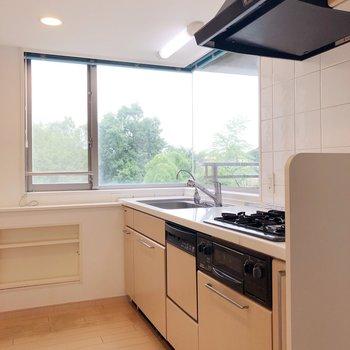 【LDK】キッチンのほうまで窓がある〜!