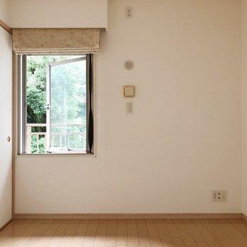 【洋室約6.0帖】洋室にも窓がありますよ。