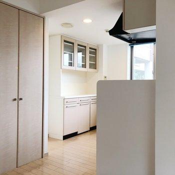 【LDK】キッチンの後ろには収納棚。