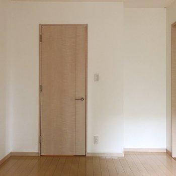 【洋室約6.0帖】向かい側の扉は…