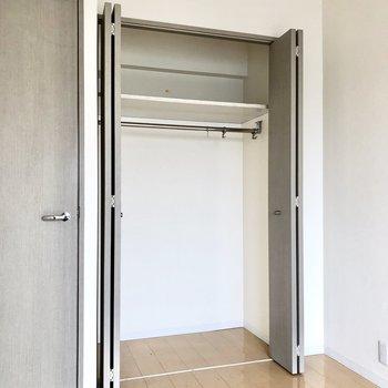 【洋室】収納はドアの右隣に。